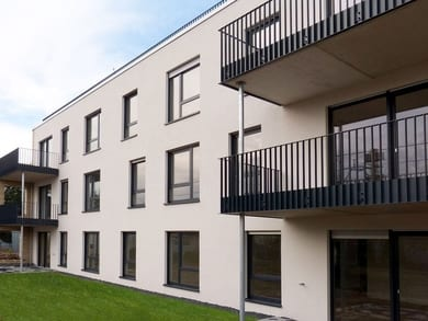 "Merheim, Cologne: Consisting of six differently designed building units, this residential and commercial complex with 78 tenements is a fascinating instance of modern architecture with slender windows from the ""System 76"" range – manufactured by FTR Fenster- und Türenwerk Rösler GmbH."